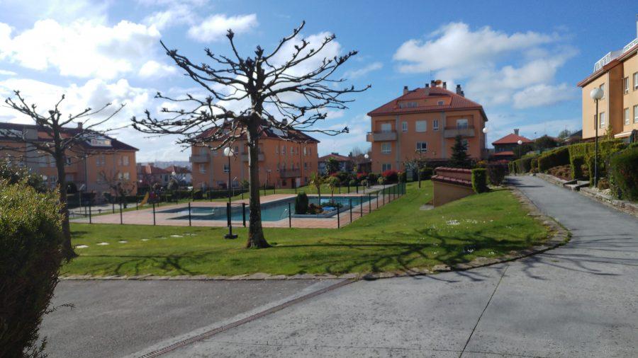 Dúplex con jardín en urbanización As Gavias en  Bastiagueiro